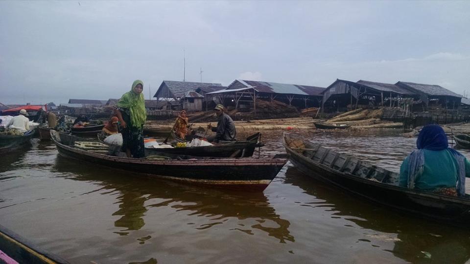 """The """"floating market"""" at sunrise"""