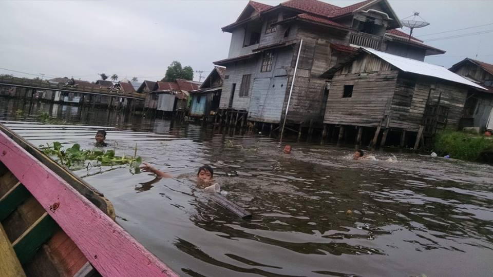 Kids swimming in the canals of Banjarmasin